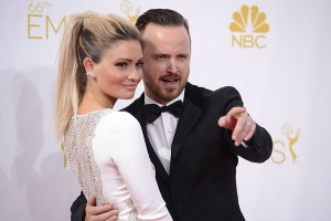 Aaron Paul et sa femme sur le tapis rouge des 66e Primetime Emmy Awards.