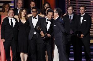 Jimmy Fallon, toujours aussi drôle, monte sur scène pour prendre l'emmy award de la meilleure émission de divertissement alors que c'est le casting de l'émission The Colbert report vient de la gagner. Stephen Colbert fait alors dire à Jimmy Fallon des choses sur sa femme qu'on ne devrait surement pas savoir...