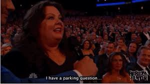 Au lieu de poser des questions sur les Emmy Awards, Melissa McCarthy a visiblement un problème de voiture...