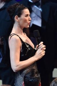 """Julianna Margulies demande au présentateur s'y elle pourrait avoir le prix de Maggie Smith si cette dernière le remporterait et Seth Meyers lui répond tout simplement non et quand elle demande pourquoi, Meyers lui avoue que quelqu'un lui a déjà demandé et quand l'actrice lui répond """"Who ?""""..."""