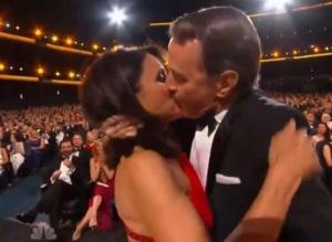 Le baiser fougueux que donne Bryan Cranston à Julia Louis-Dreyfus alors que celle-ci allait chercher l'Emmy qu'elle venait de remporter.