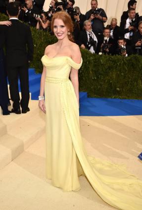 L'actrice Jessica Chastain, flamboyante en Prada